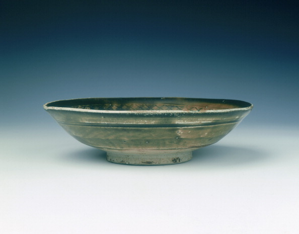 Shallow「Stoneware bowl with moulded peony scroll and lions, Jin dynasty, China, 13th century.」:写真・画像(3)[壁紙.com]