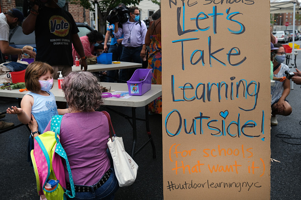 Outdoors「New York City Council Members Demonstrate An Outdoor Learning Setup At School In Brooklyn」:写真・画像(18)[壁紙.com]