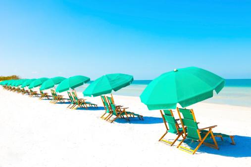 Sea「Lounge Chairs and Umbrella at the Beach」:スマホ壁紙(0)