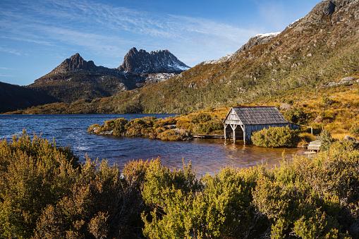 クレイドル山「Boathouse on Dove Lake looking towards Cradle Mountain」:スマホ壁紙(3)
