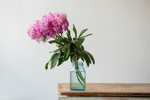 Bunch「Pink flowers in jar on table」:スマホ壁紙(10)