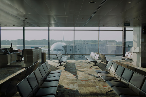 Sydney「Empty airport lounge with plane outside.」:スマホ壁紙(7)