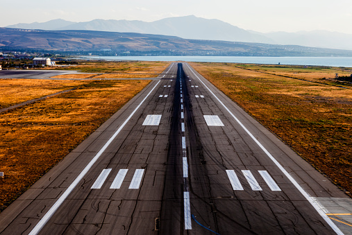 Commercial Airplane「Empty airport runway」:スマホ壁紙(0)