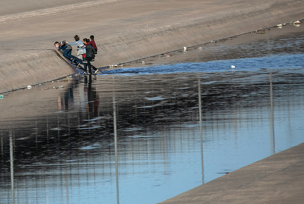 Shallow「Migrants Cross From Mexico Into U.S. Near Ciudad Juarez」:写真・画像(17)[壁紙.com]
