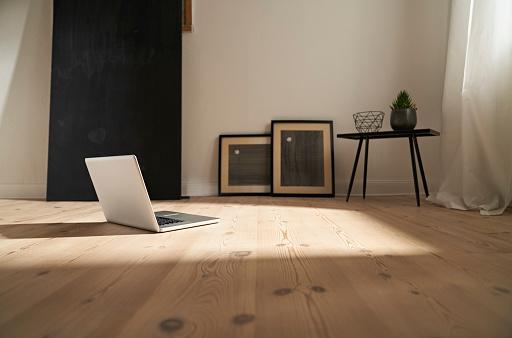 Floorboard「Laptop on wooden floor in a modern room」:スマホ壁紙(7)