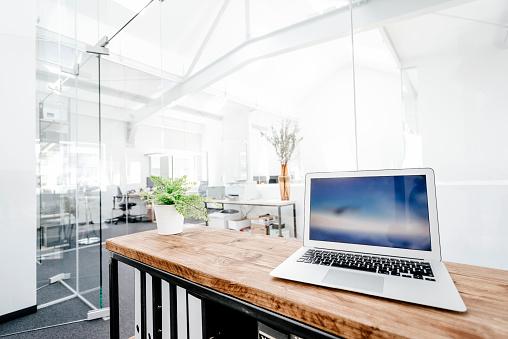 Laptop「Laptop on wooden table in office」:スマホ壁紙(18)