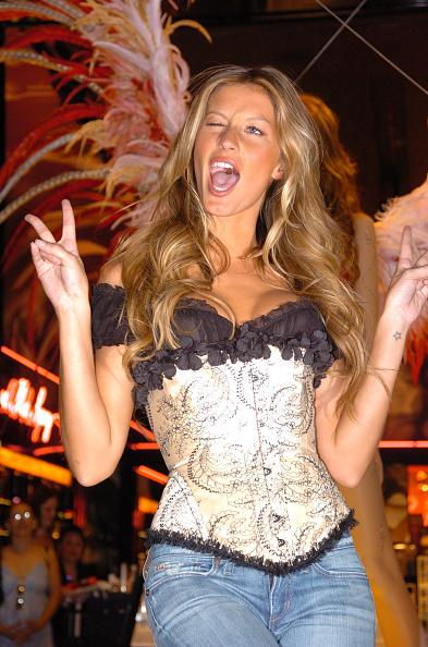Salad「Gisele Bundchen Presents The Victoria's Secret Fashion Show Exhibit : Ten Years of Sexy」:写真・画像(5)[壁紙.com]