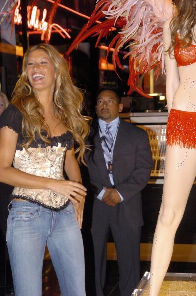 Salad「Gisele Bundchen Presents The Victoria's Secret Fashion Show Exhibit : Ten Years of Sexy」:写真・画像(10)[壁紙.com]