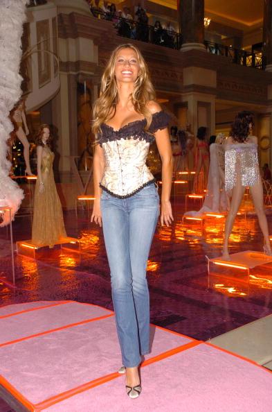Salad「Gisele Bundchen Presents The Victoria's Secret Fashion Show Exhibit : Ten Years of Sexy」:写真・画像(0)[壁紙.com]