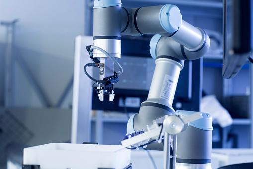 Robot Arm「Robot arm in a sensor technology plant」:スマホ壁紙(8)