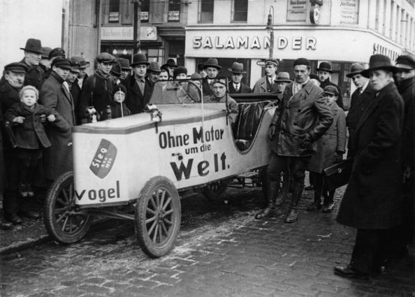 Homemade「Two unemployed men form Berlin in their home-made car, which is driven by pedals, at the start to a journey around the world, Berlin, Photograph, Around 1930」:写真・画像(8)[壁紙.com]
