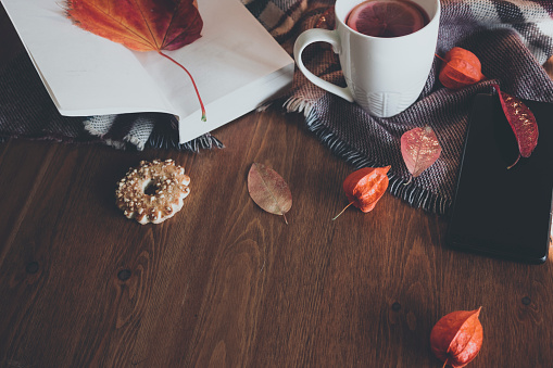かえでの葉「お茶のカップと秋の組成。フラットリー、トップビュー」:スマホ壁紙(2)