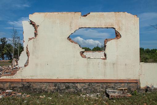 Hole「Walls of demolished house in rural field」:スマホ壁紙(2)