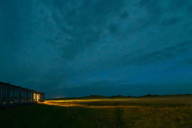 Iceland, view to lighted motel by night:スマホ壁紙(壁紙.com)