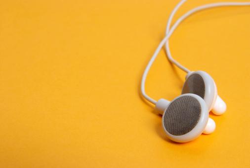 Listening「Headphones on orange」:スマホ壁紙(14)