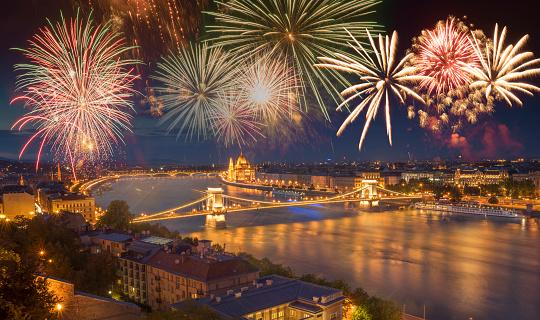 花火「Fireworks over Budapest on the National Day.」:スマホ壁紙(16)