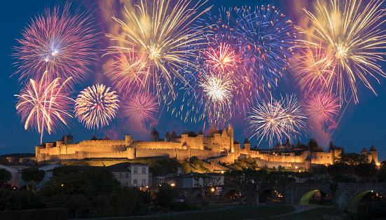 花火「Fireworks over medieval city」:スマホ壁紙(13)