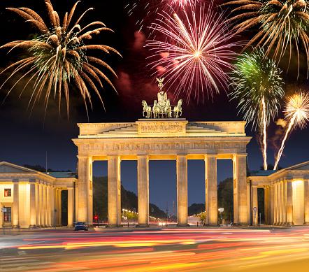 花火「幸福な新しい年ベルリン ドイツのブランデンブルグ上空の花火」:スマホ壁紙(0)