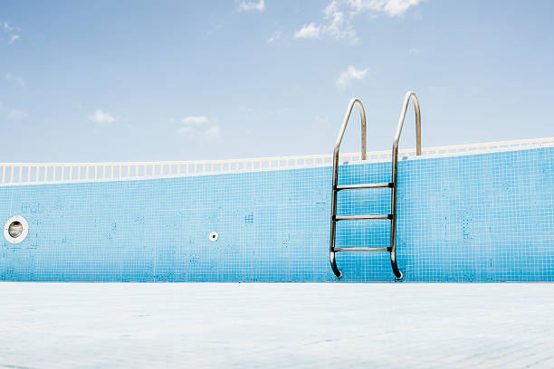 Pool ladder in empty pool:スマホ壁紙(壁紙.com)