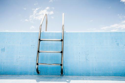 Swimming Pool「Pool ladder in empty pool」:スマホ壁紙(11)