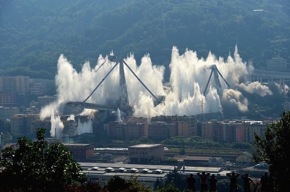 Exploding「Demolition Of The Eastern Section Of The Morandi Viaduct」:写真・画像(5)[壁紙.com]
