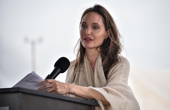 アンジェリーナ・ジョリー「Angelina Jolie Visits Refugee Camp in the Colombia-Venezuela Border」:写真・画像(10)[壁紙.com]