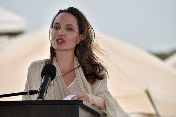 アンジェリーナ・ジョリー「Angelina Jolie Visits Refugee Camp in the Colombia-Venezuela Border」:写真・画像(2)[壁紙.com]