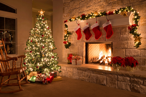 Mantelpiece「Christmas stockings, fireplace, tree, and decorations」:スマホ壁紙(10)