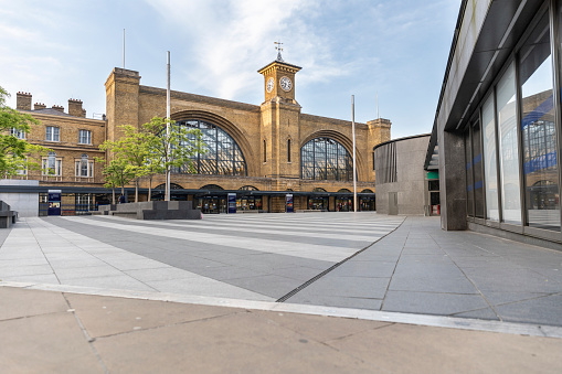 Public Building「UK, England, London, Empty square in front of London Kings Cross station during COVID-19 pandemic」:スマホ壁紙(13)