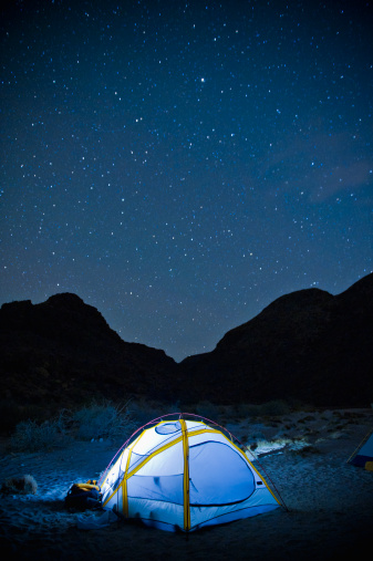 Vertical「small glowing tent and desert night sky」:スマホ壁紙(1)