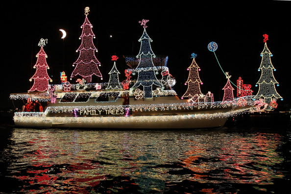 Illuminated「Boats And Yachts Take Part In The Newport Beach Christmas Boat Parade」:写真・画像(16)[壁紙.com]