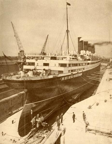 Passenger Craft「Overhauling A Large Liner In A Graving Dock At Liverpool」:写真・画像(10)[壁紙.com]