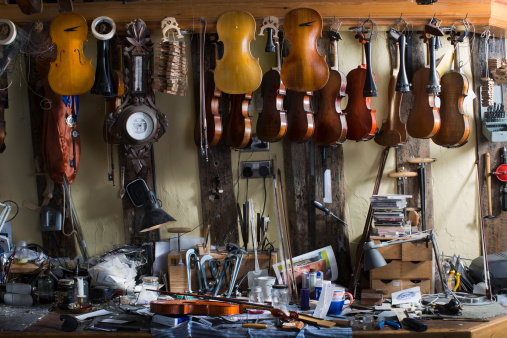 Violin「Violins hanging in workshop」:スマホ壁紙(5)