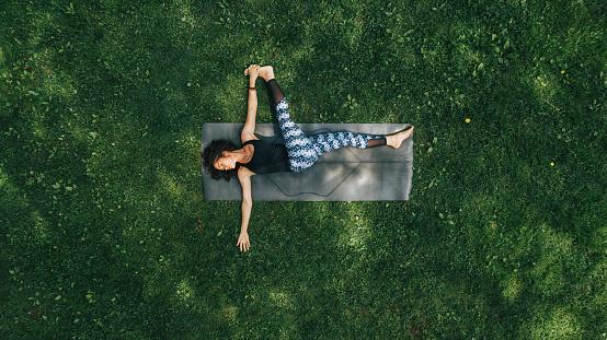 1人「公園でヨガをやっている女性」:スマホ壁紙(9)