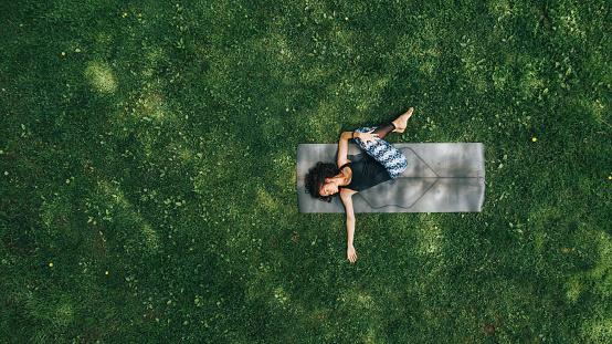 大人「公園でヨガをやっている女性」:スマホ壁紙(16)