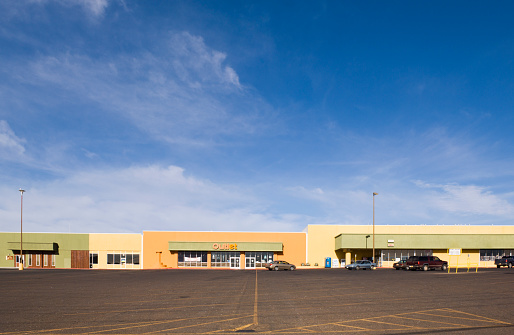 Economy「Empty parking lot in strip mall」:スマホ壁紙(17)