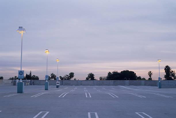 Empty Parking Lot at Dusk:スマホ壁紙(壁紙.com)
