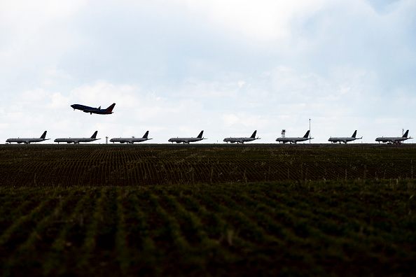 Airport Runway「United Planes Sit Parked At Denver International Airport, As The Coronavirus Pandemic Severely Halts Airline Travel」:写真・画像(8)[壁紙.com]