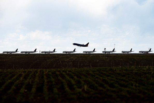 Airport Runway「United Planes Sit Parked At Denver International Airport, As The Coronavirus Pandemic Severely Halts Airline Travel」:写真・画像(18)[壁紙.com]