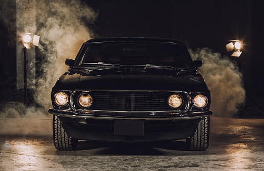 Horse「Classic black car in garage」:スマホ壁紙(10)