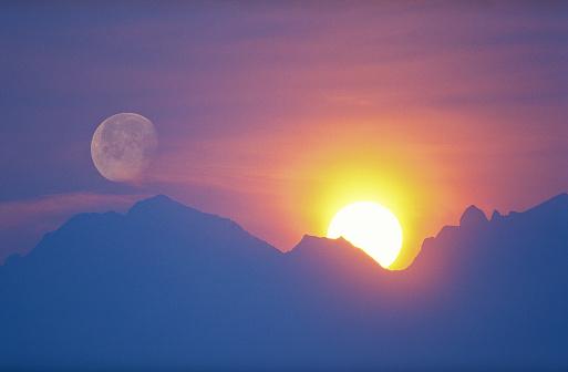 Moon「sun and moon behind mountain」:スマホ壁紙(4)