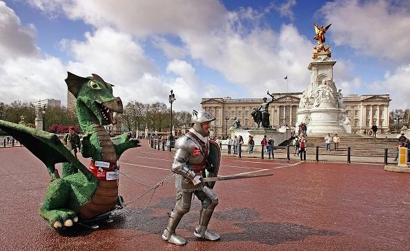 Charity and Relief Work「Fundraiser Lloyd Scott Completes The London Marathon」:写真・画像(10)[壁紙.com]