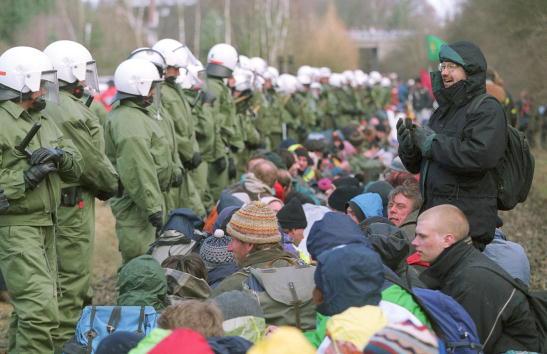 Railroad Track「Activists Block Nuclear Waste Shipment」:写真・画像(13)[壁紙.com]