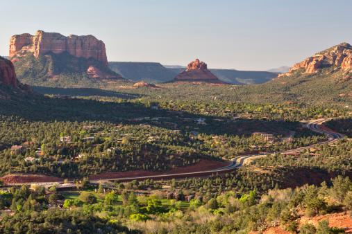 Sedona「Highway, Courthouse Butte and Bell Rock, Sedona, Arizona」:スマホ壁紙(2)