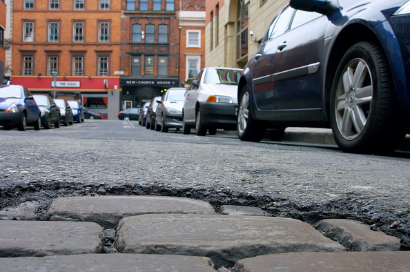 Cobblestone「Worn out road with pothole, showing wear down to the original cobbled surface」:写真・画像(6)[壁紙.com]