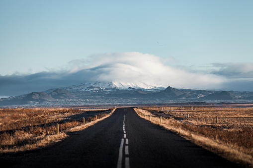 アイスランド ゴールデンサークル「アイスランドの氷河への果てしない孤独な田舎道」:スマホ壁紙(9)