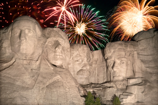 花火「Fireworks behind Mount Rushmore」:スマホ壁紙(7)