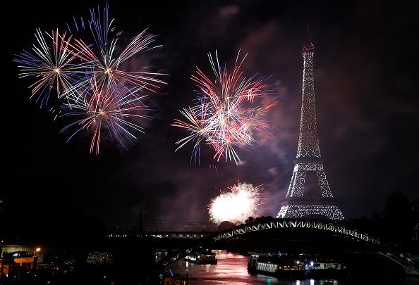 エッフェル塔「Bastille Day Fireworks At Eiffel Tower In Paris」:写真・画像(7)[壁紙.com]
