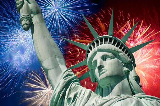 花火「Fireworks behind statue of liberty」:スマホ壁紙(5)