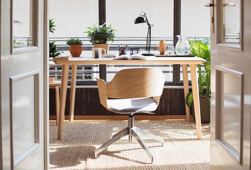 Sun「Empty chair in home study」:スマホ壁紙(8)